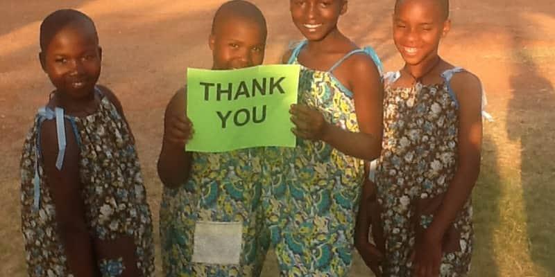 Aprenda a transformar um travesseiro em um vestido para doar a crianças na África