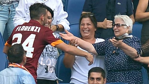 Atacante da Roma marca gol e comemora abraçando avó na arquibancada 1