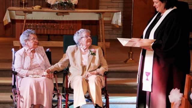 Após 73 anos juntas, idosas se casam nos EUA