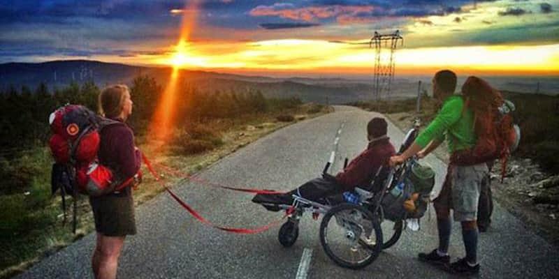 Homem empurra melhor amigo cadeirante através da trilha do Caminho de Santiago 1
