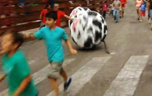 Cidade espanhola substitui touros por bolas gigantes em corrida tradicional 1