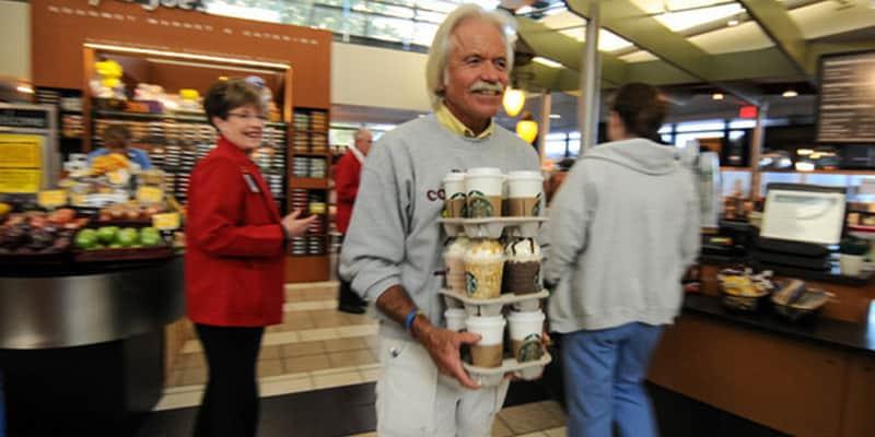 Este homem compra e leva cafés todos os dias para pacientes com câncer nos EUA 2