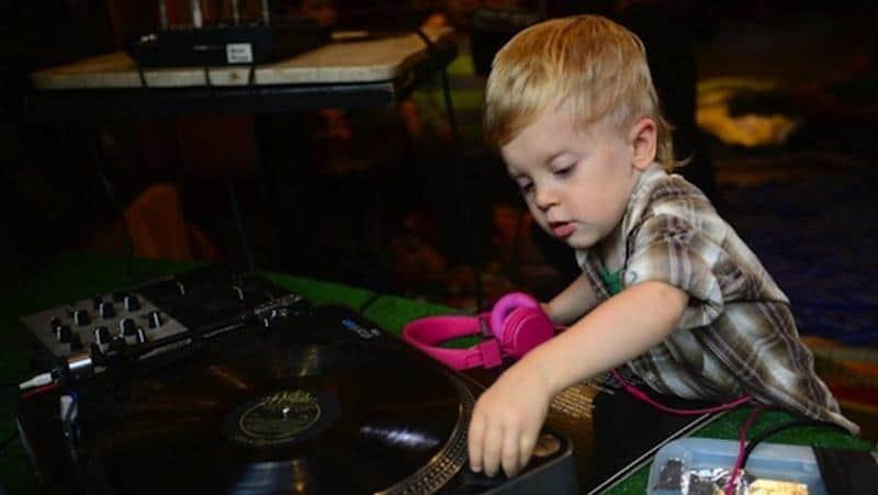 Escola para bebês DJ ajuda nas habilidades motoras, raciocínio e linguagem dos pequenos 1