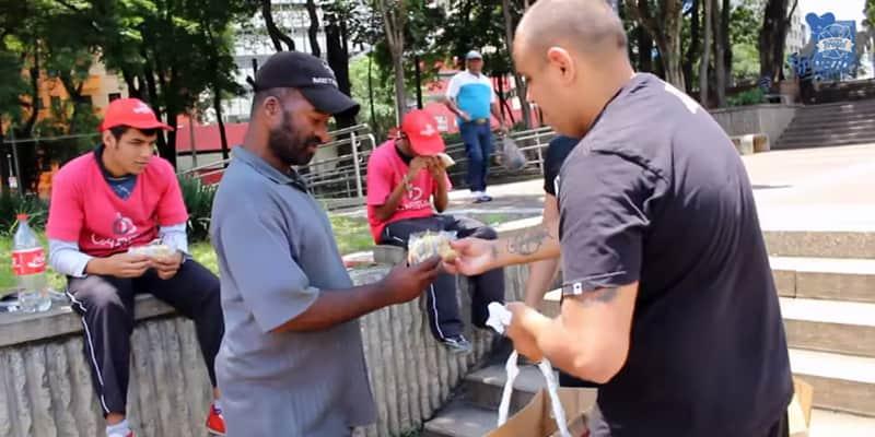 Youtuber brasileiro distribui hotdogs e cheeseburguers para moradores de rua, em SP
