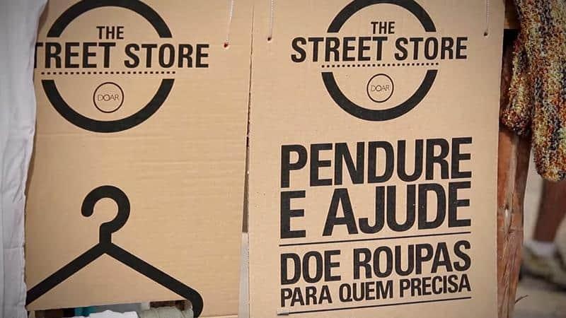Uma loja brasileira que dá roupas de graça para moradores de rua