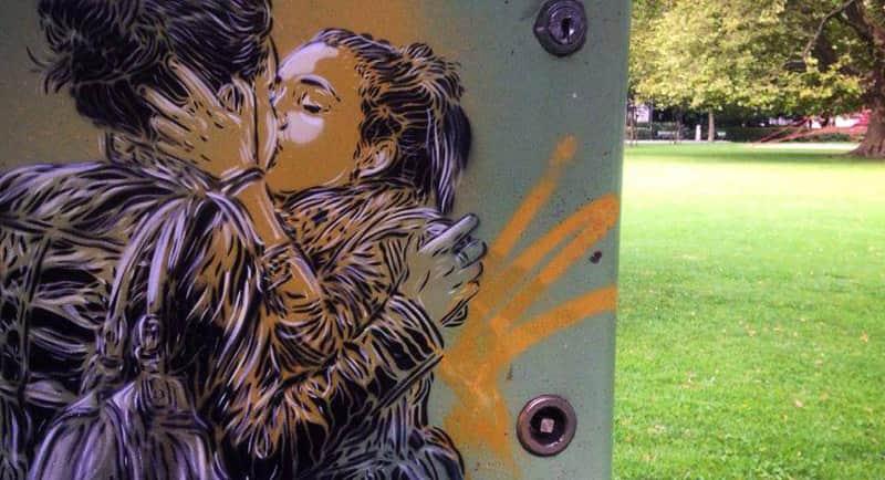 Casais se beijando apaixonadamente pintados em Paris prestam homenagem ao amor 3