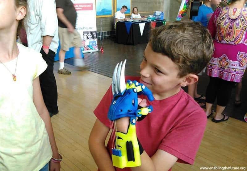 Homem cria incríveis próteses de super-heróis com impressora 3D para crianças 1