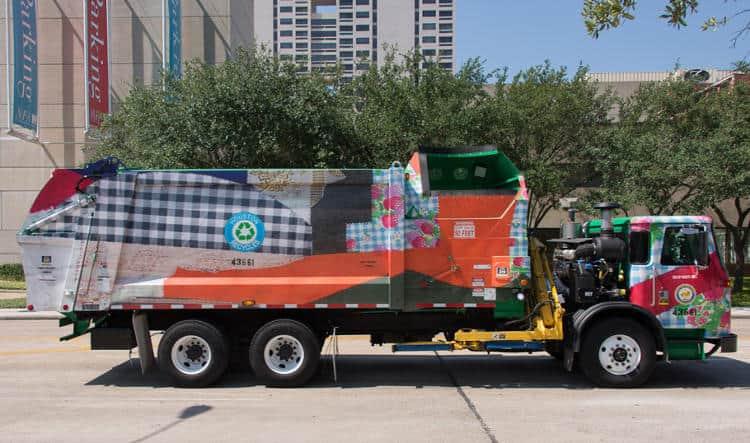 Caminhões de lixo para reciclagem são revestidos por obras de arte de artistas locais 1