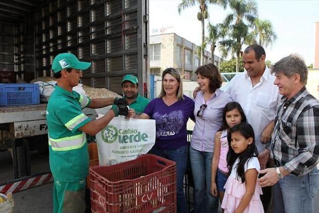 Programa em Curitiba troca lixo por comida para a população e todo mundo sai ganhando 1