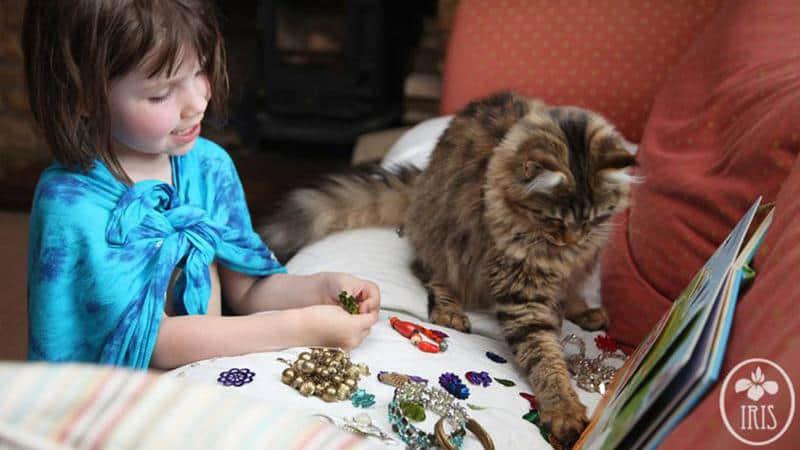 A amizade comovente de uma menina autista de 5 anos com seu gato de terapia 1