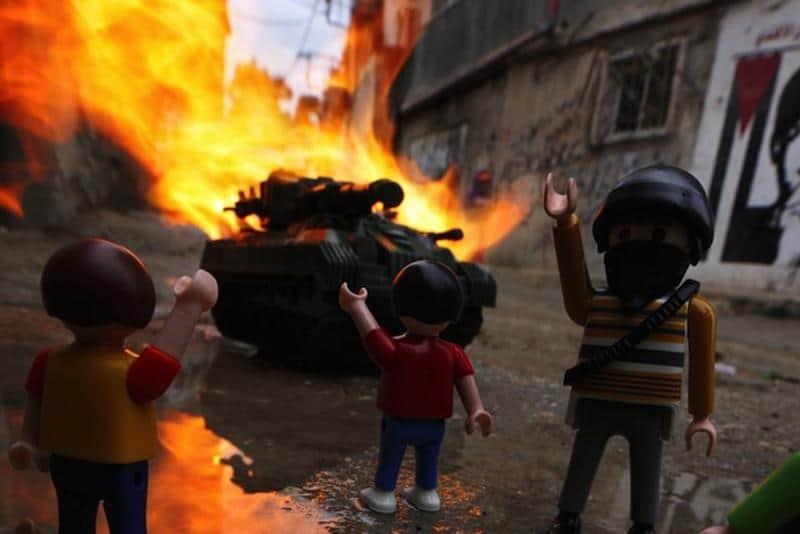 Crianças que vivem em zona de guerra mostram sua visão dos fatos através de brinquedos 1