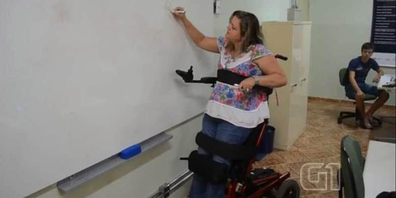 Professora paraplégica dá aulas em pé com cadeira especial e supera limite 1
