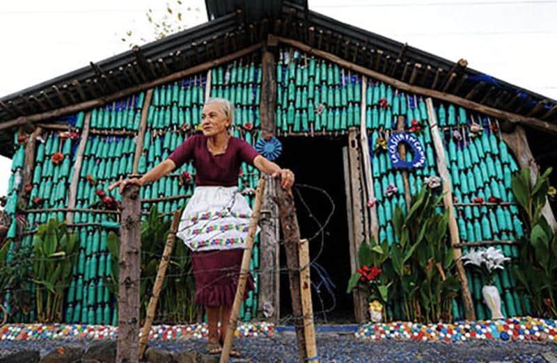 Mulher de 78 anos constrói casa com garrafas PET em uma das regiões mais pobres de El Salvador 1