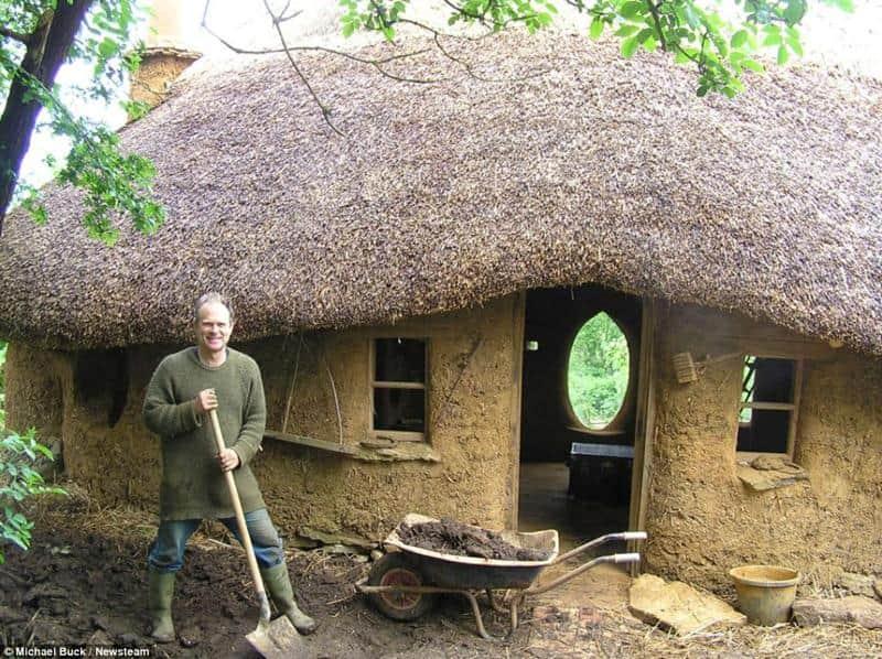 O aposentado que construiu uma casa com materiais naturais e recuperados por menos de 600 reais 1