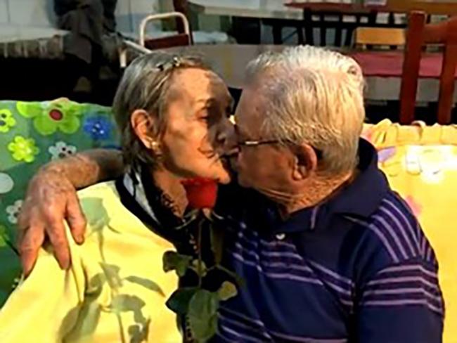 Depois de 65 anos, casal se reencontra no asilo e volta a namorar 2
