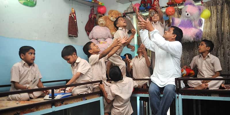 Casal indiano adota 12 meninos com HIV que ninguém queria 1