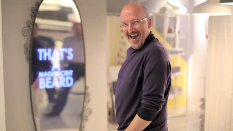 """""""Espelho motivacional"""" faz elogios personalizados a compradores que passam por loja 1"""