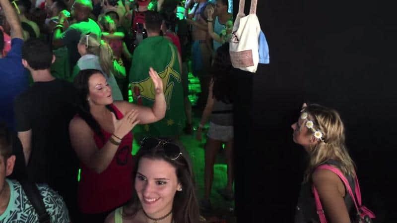 Garota traduz música para sua amiga surda em festival de música eletrônica 5
