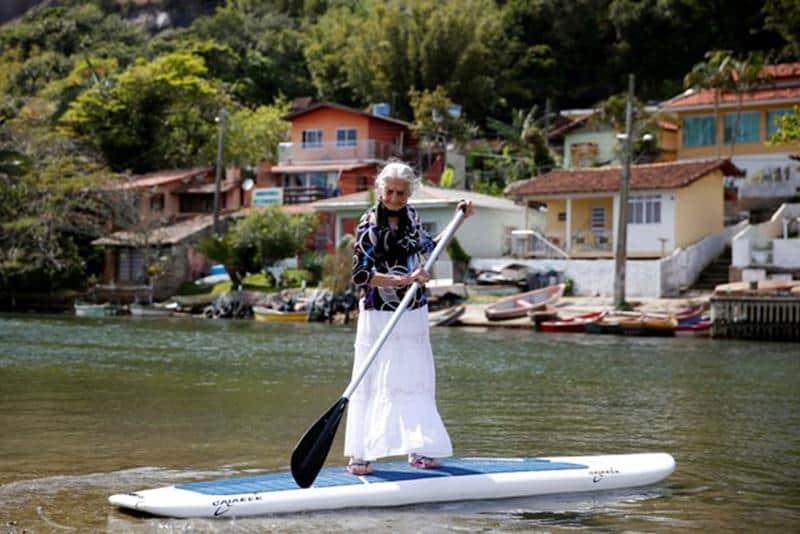 Idosa de 85 anos atravessa canal de Florianópolis em stand up paddle 1