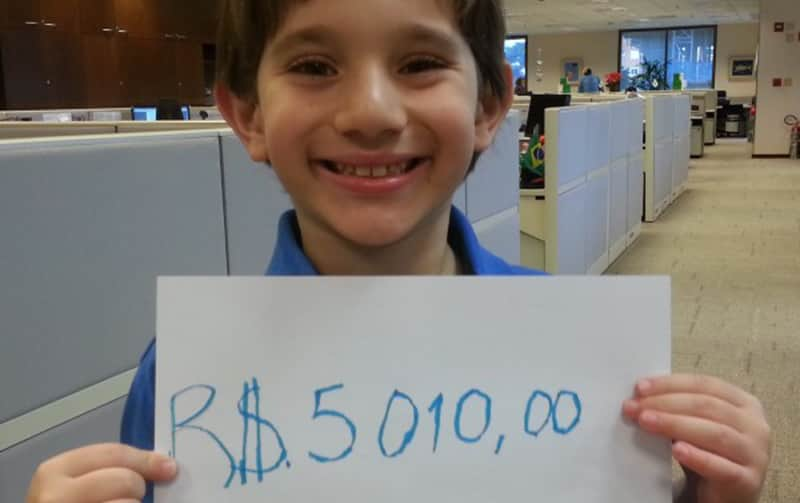 Garoto de 8 anos arrecada mais de 5 mil reais para comprar máquina de braille e bengalas para cegos