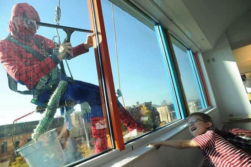 Homens limpam vidro vestidos de super-heróis e alegram dia de crianças internadas no hospital 1