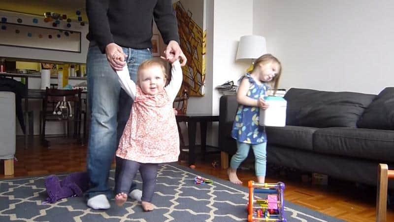 Pai faz time-lapse compilando o aprendizado de sua filha até começar a andar 1