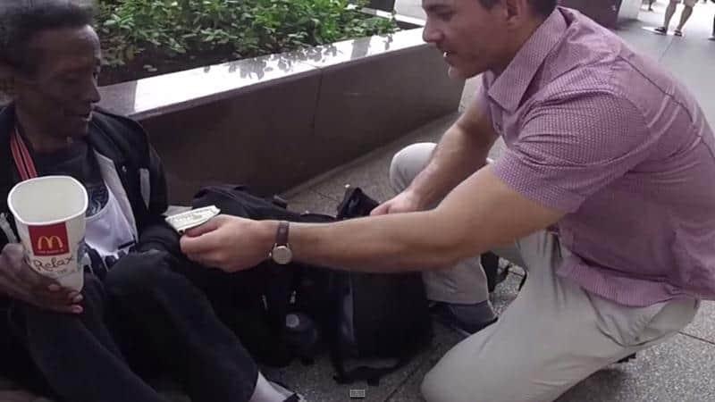 Morador de rua chora com presente de aniversário surpresa que recebeu 1