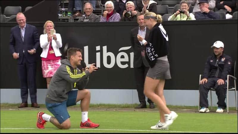 Tenista pede sua namorada em casamento durante torneio na quadra em que se conheceram 4