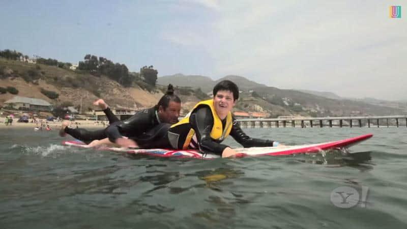 Veja o surfista profissional que usa sua experiência única para ajudar crianças autistas 1