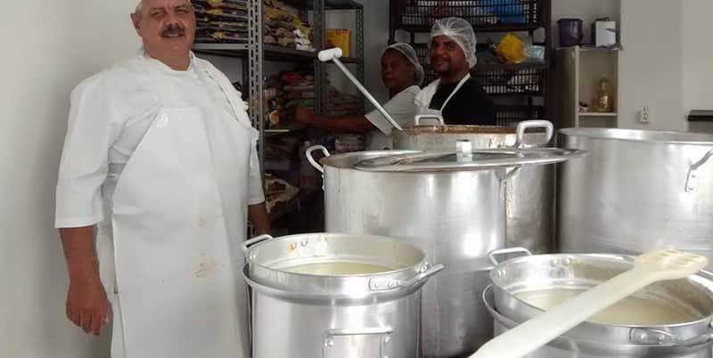Uma vez por mês, este empresário vira cozinheiro para 800 mendigos em SP