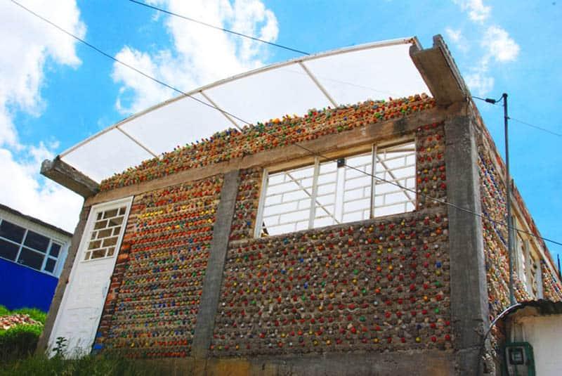 Centro comunitário de região carente de Bogotá é construído com garrafas PET