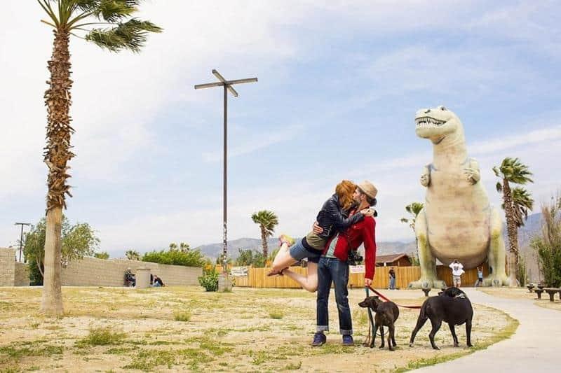 Casal romântico recria seu espontâneo beijo apaixonado em fotos tiradas em suas viagens 2