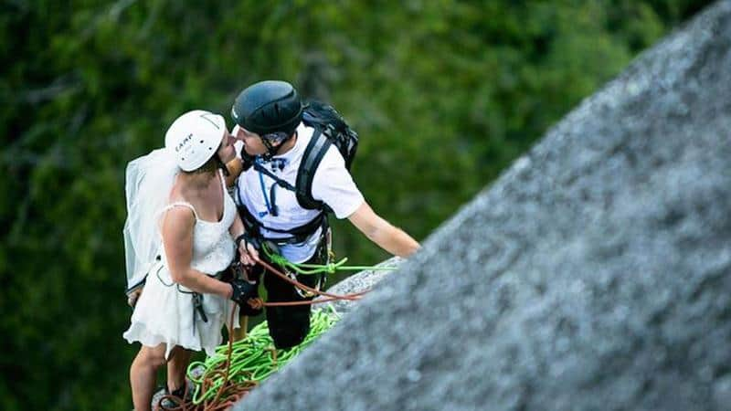 Casal de aventureiros escalam montanha para casamento dos sonhos nas alturas 1