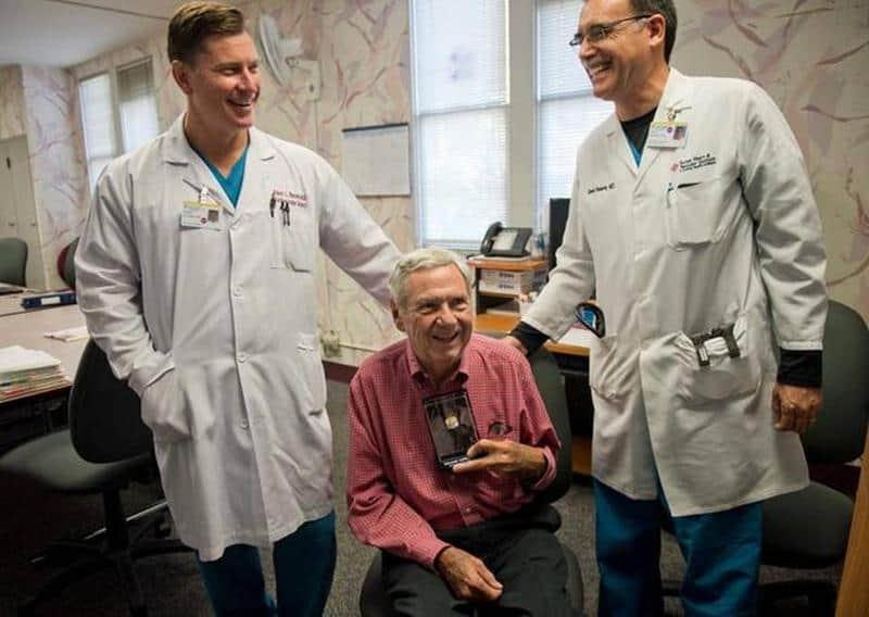 Cirurgião opera obstetra que lhe trouxe à vida há 45 anos 1
