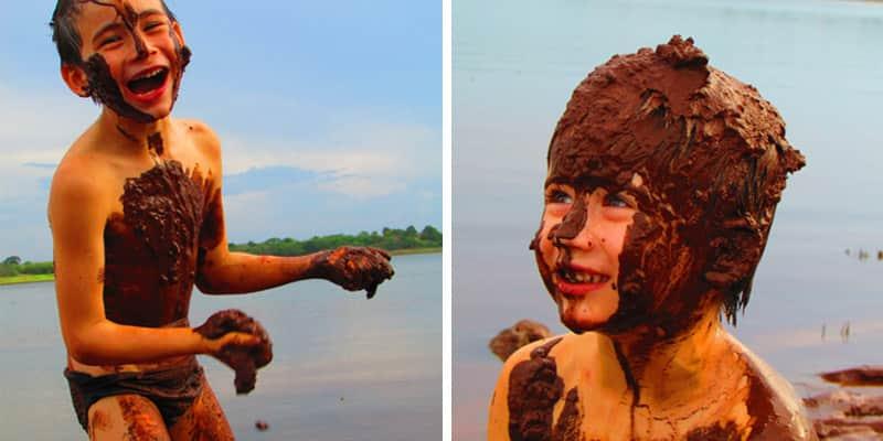 Jornalista faz série fotográfica de seus filhos brincando livremente na lama