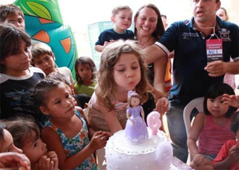 Garota de 6 anos troca seu aniversário em buffet para comemorar no lixão 2