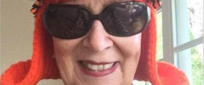 Idosa dá um baile no câncer e faz peruca de tricô para sua cabeça sem cabelo  1
