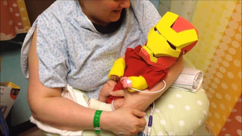 Pai cria fantasia de Homem de Ferro para filho prematuro em hospital 2