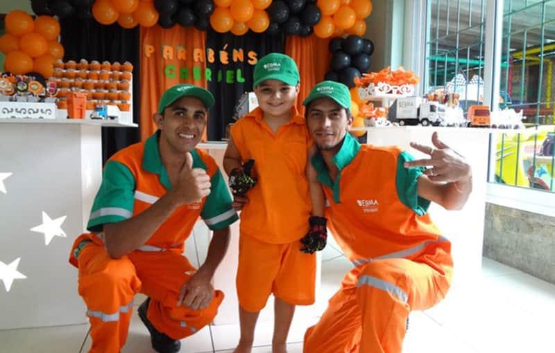 """O pequeno Gabriel de 5 anos pediu sua festa de aniversário com o tema """"coleta de lixo"""" no Rio de Janeiro 3"""