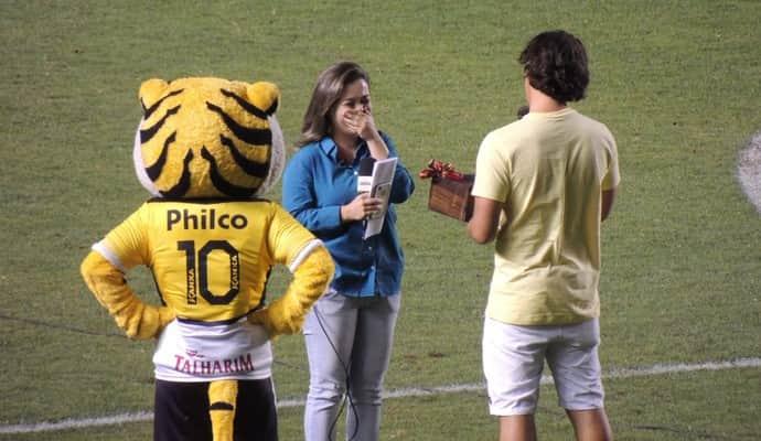 Repórter recebe pedido de casamento no intervalo entre partida de futebol 2