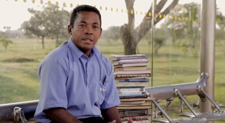 O cobrador de ônibus que disponibiliza um acervo de 8 mil livros para passageiros lerem durante o trajeto 6