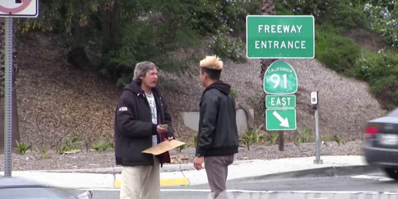 Youtuber dá 100 dólares para morador de rua, e o que ele fez com o dinheiro vai restaurar sua fé nas pessoas 11