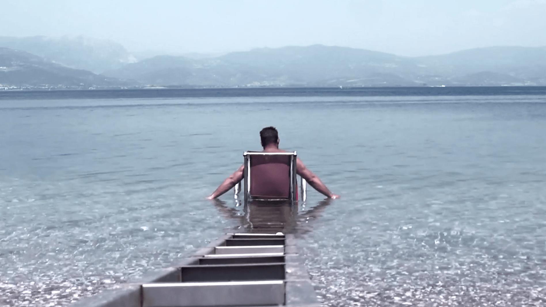 Cadeira movida a energia solar permite a pessoas com deficiência física curtirem o mar 2