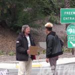 Youtuber dá $100 de esmola para mendigo, e sem ele saber o segue para saber com que ele gasta o dinheiro 7