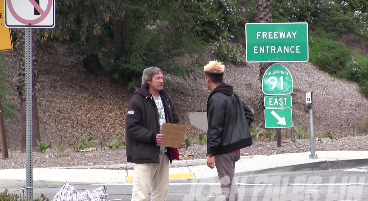 Youtuber dá $100 de esmola para mendigo, e sem ele saber o segue para saber com que ele gasta o dinheiro 1