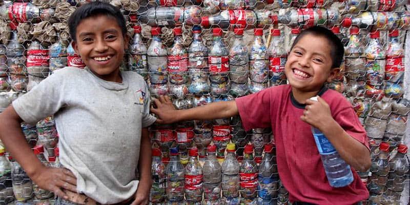 ONG usa garrafas PET para construir escolas, une comunidades e muda vidas 3