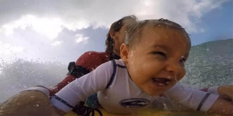 Mesmo com apenas 9 meses, esse bebê mostra total desenvoltura ao praticar bodyboard com o pai 2