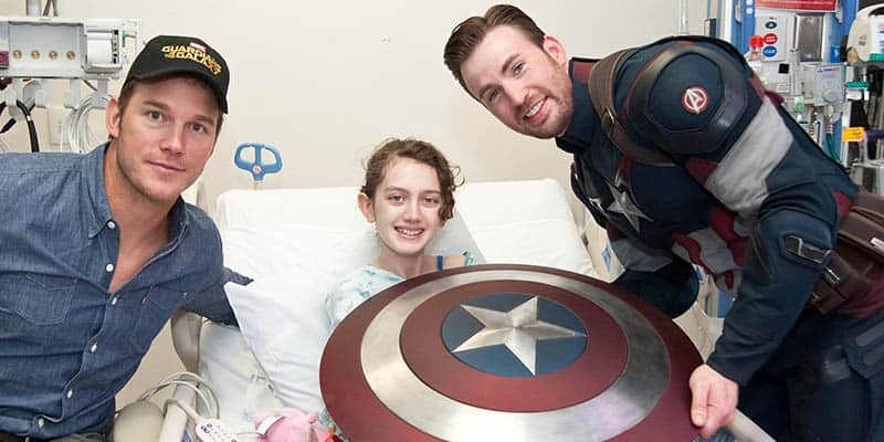 Atores dos filmes Capitão América e Guardiões da Galáxia visitam crianças doentes em um hospital 2