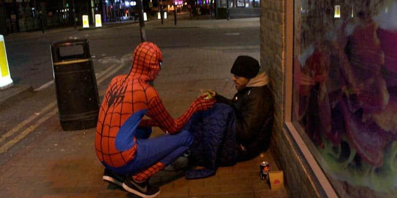 Homem-aranha da vida real alimenta moradores de rua e mostra que heróis podem existir sim 1