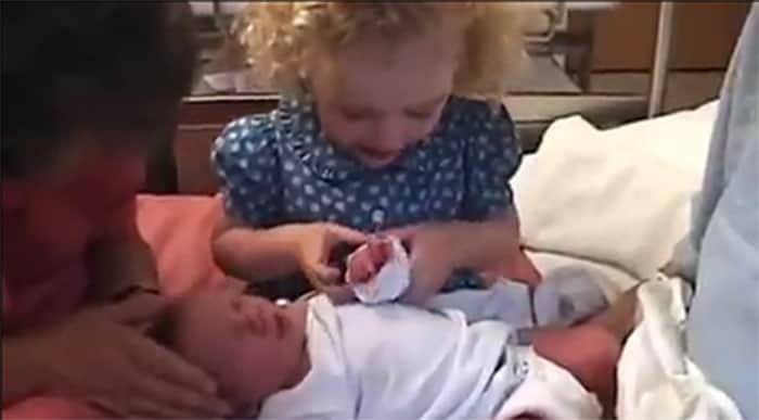 A linda forma que essa menina acalma sua irmã recém-nascida que chorava 3